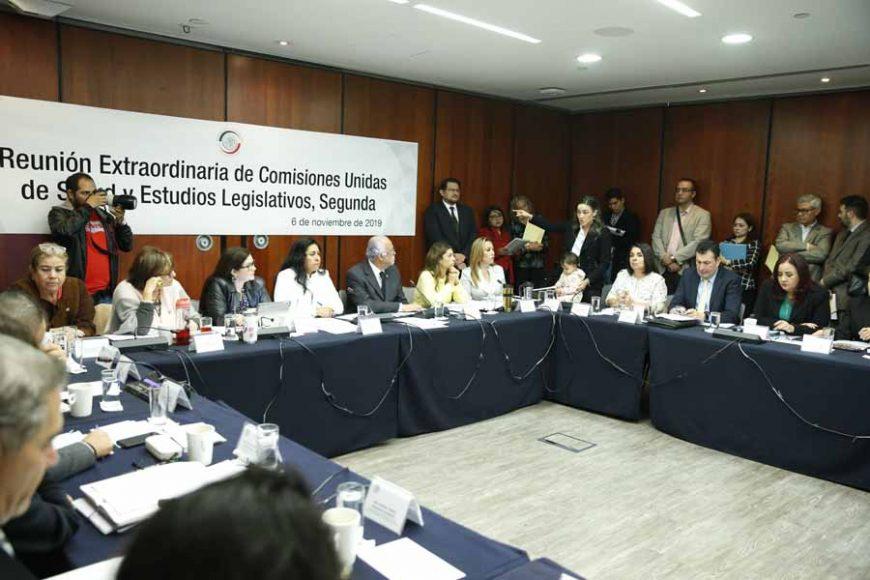 Las senadoras del PAN Alejandra Reynoso Sánchez, Martha Márquez Alvarado, así como los senadores panistas Erandi Bermúdez Méndez y Marco Gama Basarte, durante la reunión de las comisiones unidas de Salud y Estudios Legislativos, Segunda