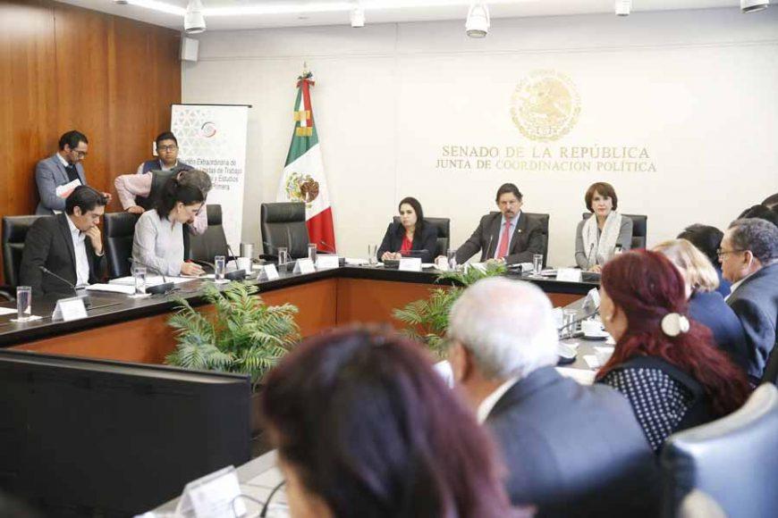 Las senadoras del PAN Kenia López Rabadán y Mayuli Latifa Simón Martínez, al participar en la reunión de las comisiones unidas de Trabajo y Previsión Social y Estudios Legislativos, Primera.