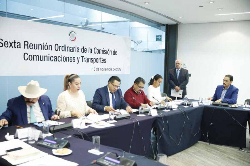 El senador panista Juan Antonio Martín del Campo durante la reunion de trabajo de la Comisión de Comunicaciones y Transportes.