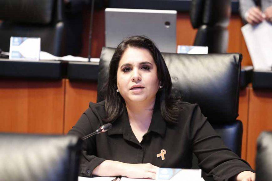 Senadoras y senadores del GPPAN al intervenir desde su escaño al dar lectura a los testimonios sobre casos de violencia y tortura, en el marco de la firma del protocol para la atención de casos de violencia de género.