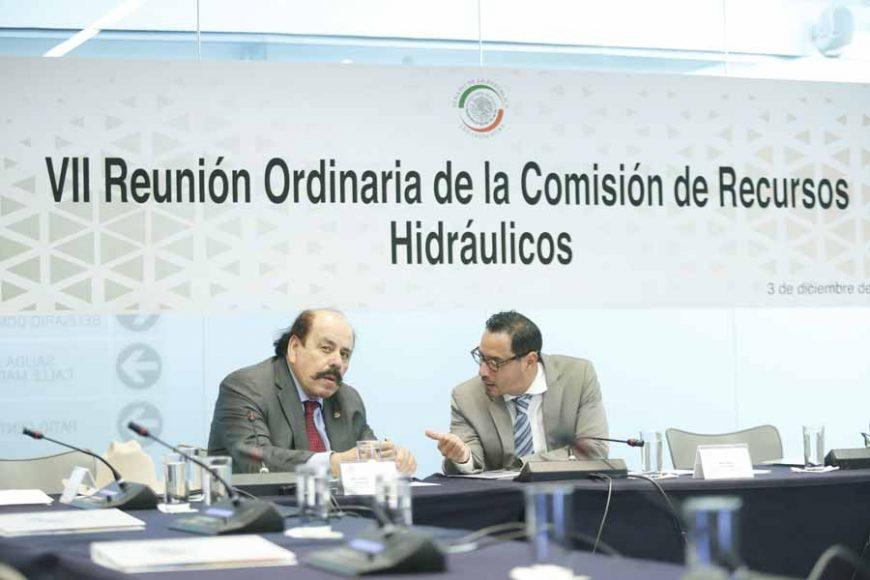 El senador Raúl Paz Alonzo, al presidir la reunión de trabajo de la Comisión de Recursos Hidráulicos