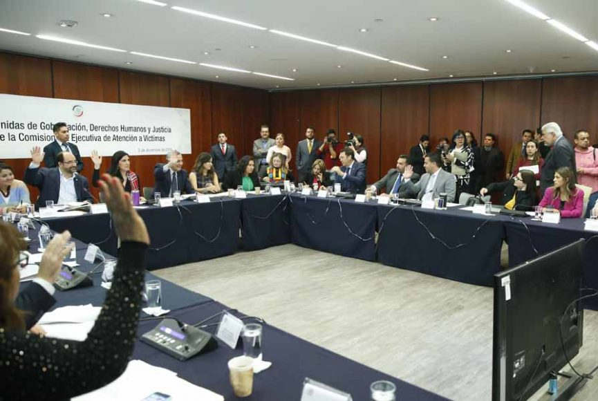 Las senadoras del PAN Kenia López Rabadán, Gina Cruz Blackledge, Indira Rosales San Román, Nadia Navarro Acevedo, y el senador Damián Zepeda Vidales, durante la reunión de trabajo de Comisiones unidas de Gobernación; Derechos Humanos y de Justicia, para la elección de la comisionada Ejecutiva de Atención a Víctimas.