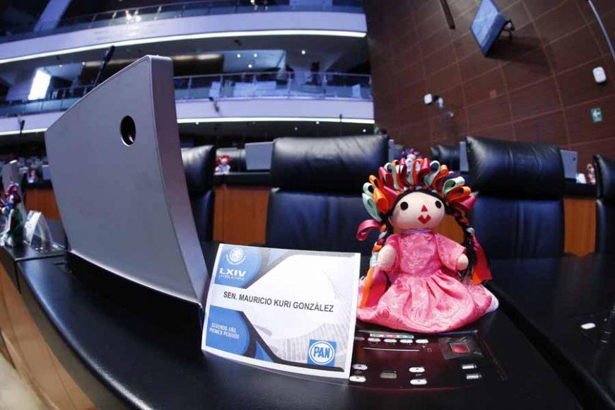 Muñeca Lele en el Senado.