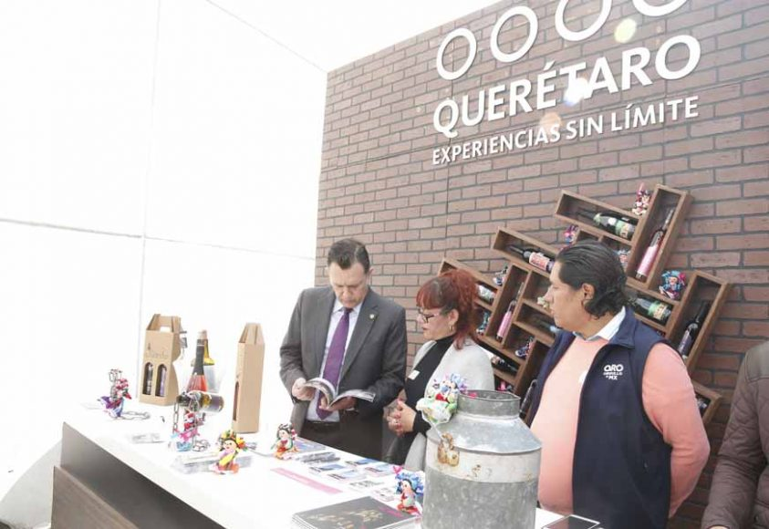 El coordinador de las senadoras y senadores del PAN, Mauricio Kuri González, recorre la muestra artesanal, cultural y gastronómica del edo. de Querétaro