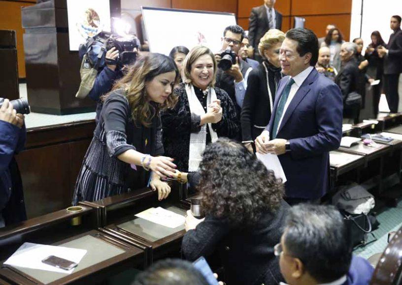 Las senadoras del PAN Indira Rosales San Román y Xóchitl Gálvez Ruiz, durante los trabajos de la sesión ordinaria de la Comisión Permanente del Congreso de la Unión.