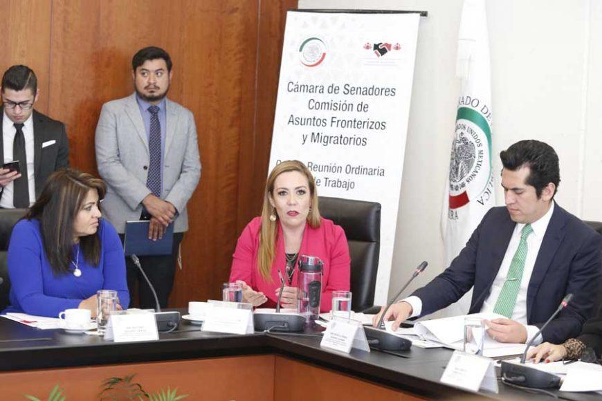 Las senadoras del PAN Gina Cruz Blackledge y Alejandra Reynoso Sánchez, durante la reunión de trabajo de la Comisión de Asuntos Fronterizos y Migratorios.