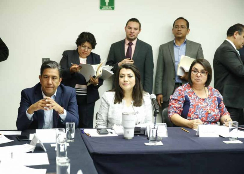 La senadora del PAN Minerva Hernández Ramos, como secretaria, la senadora Lupita Saldaña Cisneros, así como el senador Marco Gama Basarte, durante la reunión de trabajo de la Comisión de Educación.
