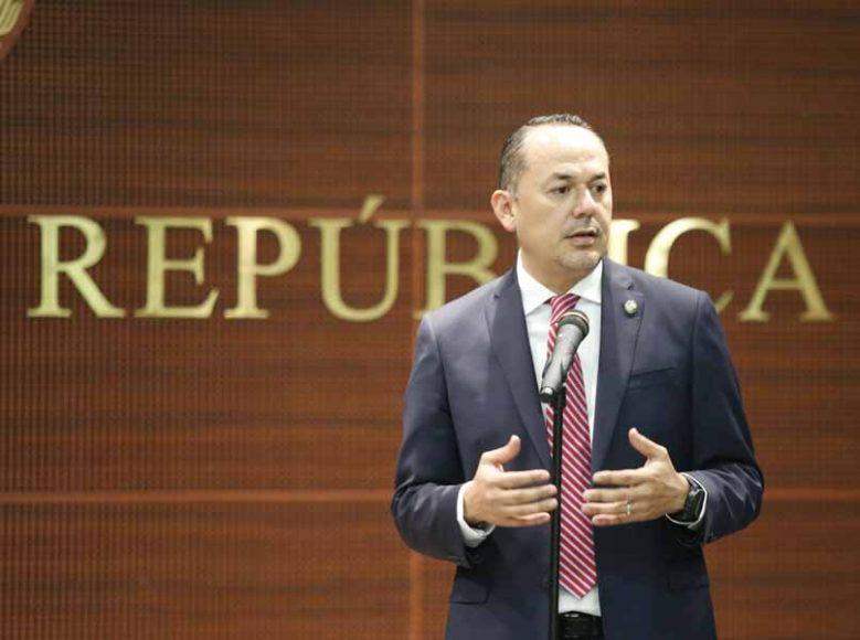 """Senador Erandi Bermúdez, durante la presentación del libro """"La Princesa Abrazando al Planeta"""", de Diana Laura López Aboytes."""