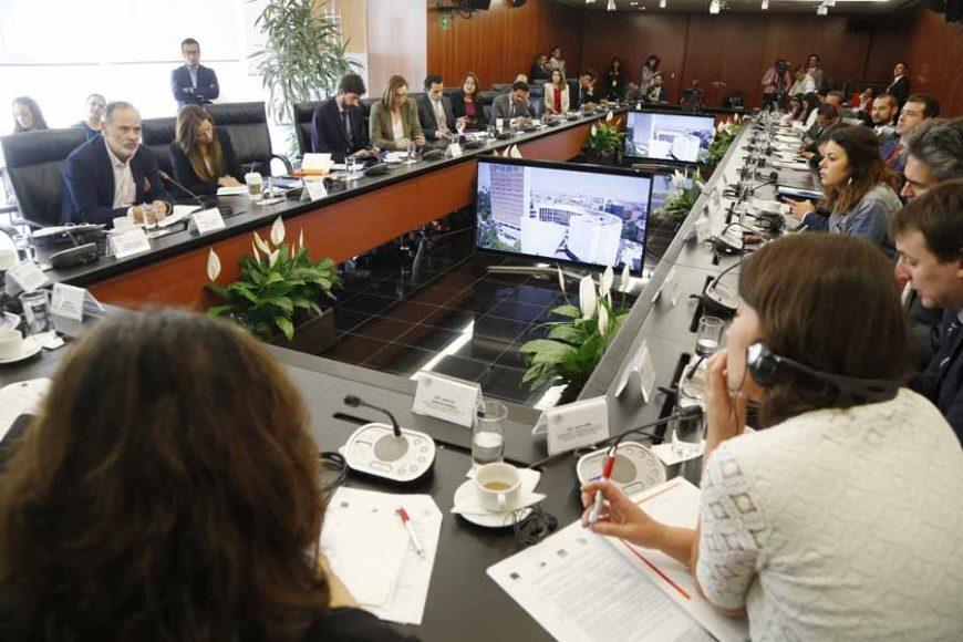 Los senadores del PAN Marco Gama Basarte y Gustavo Madero Muñoz, durante la reunión de trabajo de la Comisión de Relaciones Exteriores