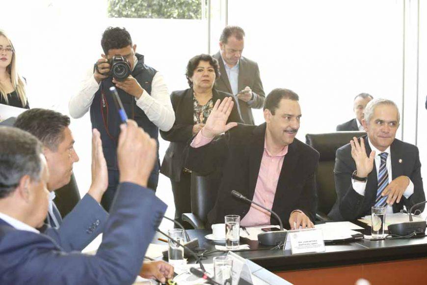 Los senadores del PAN Juan Antonio Martín del Campo y Marco Antonio Gama Basarte, durante la reunión de la Comisión de Comunicaciones y Transportes.