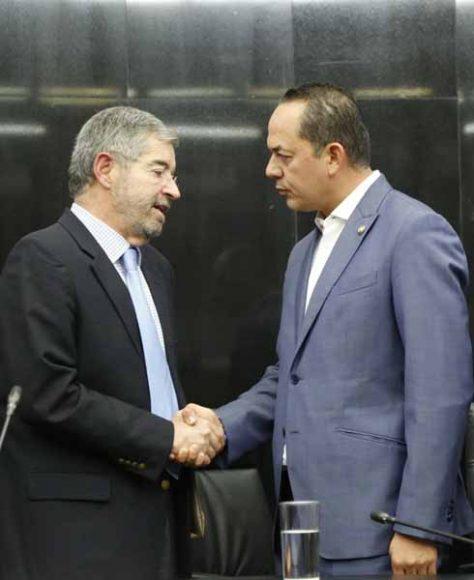 El senador Erandi Bermúdez Méndez, al saludar al Embajador Doctor Juan Ramón de la Fuente Ramírez, representante Permanente de México ante la ONU.