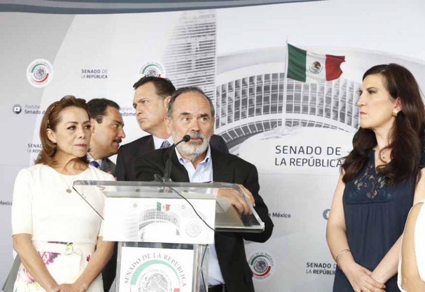 Conferencia de prensa ofrecida por senadoras y senadores del GPPAN, en la que participa en el senador Gustavo Madero Muñoz