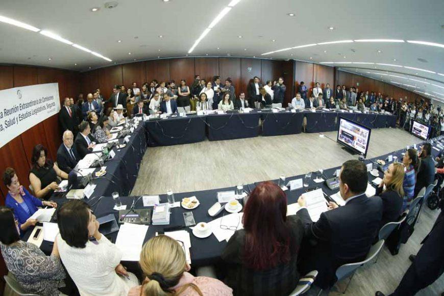La senadora y senadores del PAN, Martha Márquez Alvarado, Nadia Navarro Acevedo, así como los senadores Raúl Paz Alonzo y Erandi Bermúdez Méndez, durante la reunión Extraordinaria en Comisiones Unidas comisiones unidas de Justicia, Salud y Estudios Legislativos, Segunda.