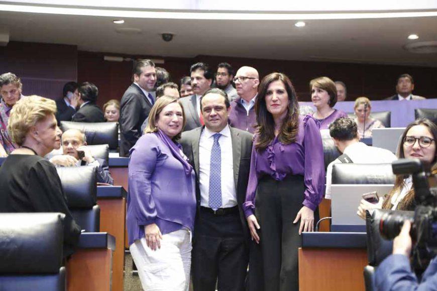 Senadoras y senadores del PAN con funcionarios del INAI, posterior a su comparecencia.