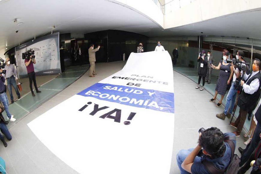Denuncia Las senadoras Xóchitl Gálvez Ruiz, Minerva Hernández Ramos y el senador Marco Antonio Gama Basarte, al colocar dos mantas en el Senado por pedir apoyo a Pymes.Gálvez censura en el Senado por pedir apoyo a Pymes