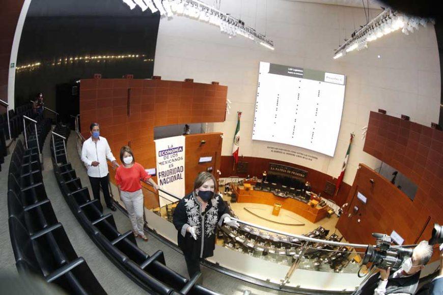 Las senadoras Xóchitl Gálvez Ruiz, Minerva Hernández Ramos y el senador Marco Antonio Gama Basarte, al colocar dos mantas en el Senado por pedir apoyo a Pymes.
