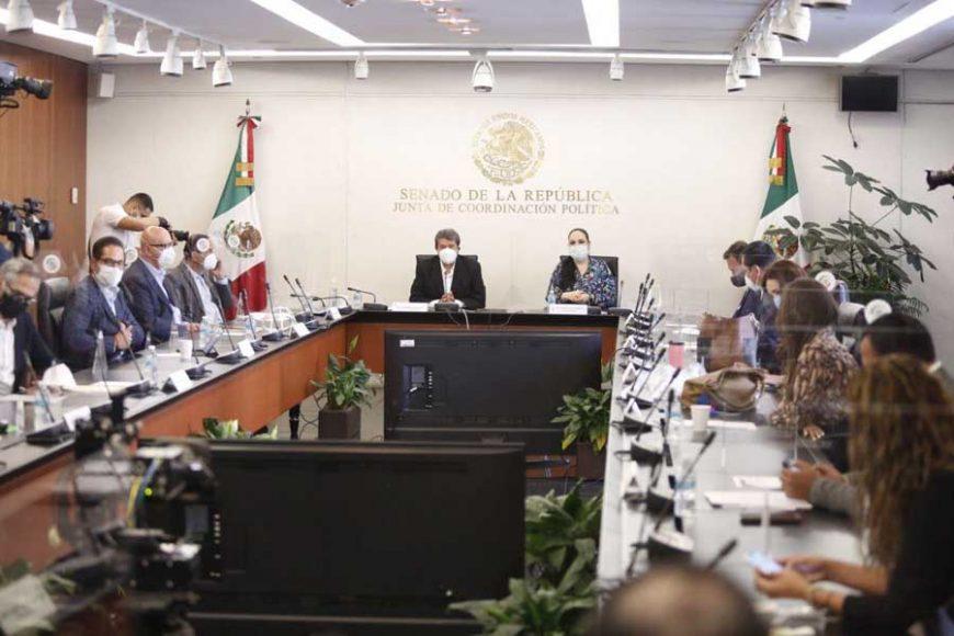 El coordinador de las y los senadores del PAN, Mauricio Kuri González y el senador panista Julen Rementería del Puerto, durante la reunión de la Junta de Coordinación Política del Senado.