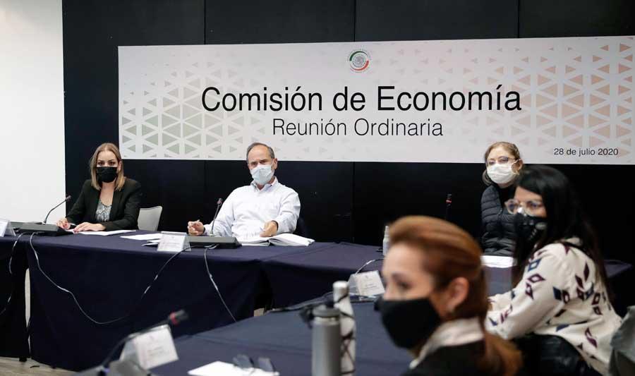 El senador panista Gustavo Madero Muñoz, al presidir la reunión de la Comisión de Economía, en la que participaron las senadoras del PAN Minerva Hernández Ramos, Josefina Vázquez Mota y Alejandra Reynoso Sánchez.