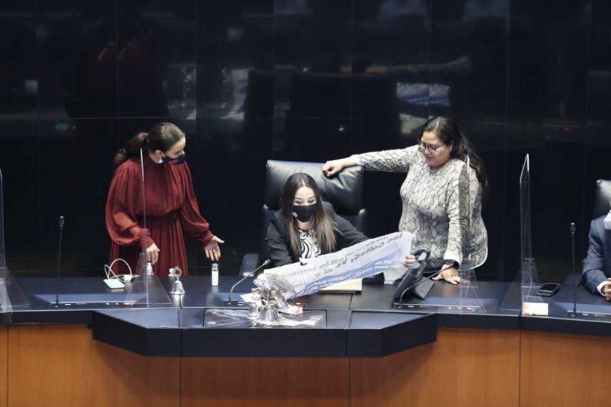 Senadora Martha Márquez Alvarado sube a tribuna con pancarta para exigir el Ingreso Básico Universal y medicamentos oncológicos para enfermos de cáncer