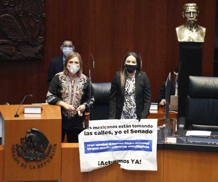 La senadora Xóchitl Gálvez Ruiz y Víctor Fuentes Solís, suben a tribuna para apoyar a la senadora Martha Márquez Alvarado, quien exige el Ingreso Básico Universal y medicamentos oncológicos para enfermos de cáncer.