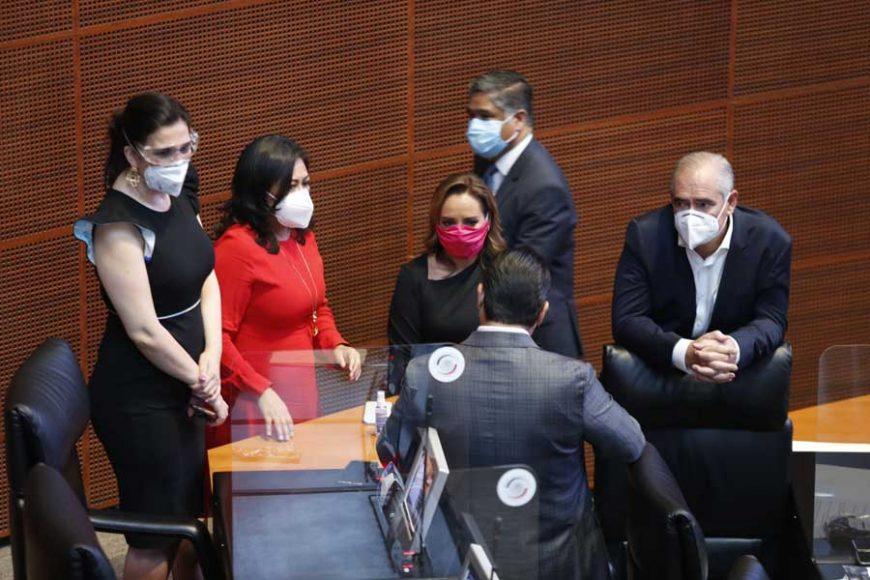 Senadoras y senadores del PAN durante los trabajos de la sesión del periodo extraordinario.