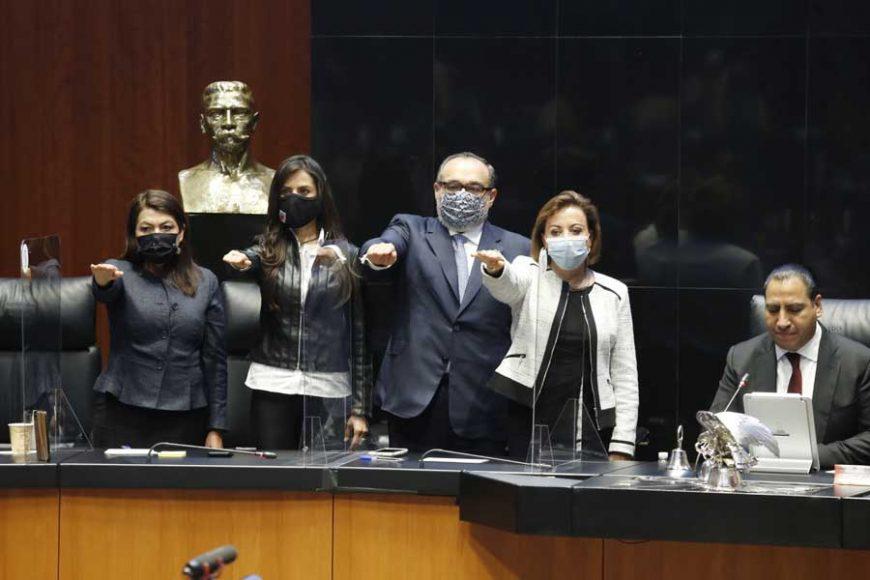 Toman de protesta a los nuevos integrantes de la Mesa Directiva del del Senado de la República.