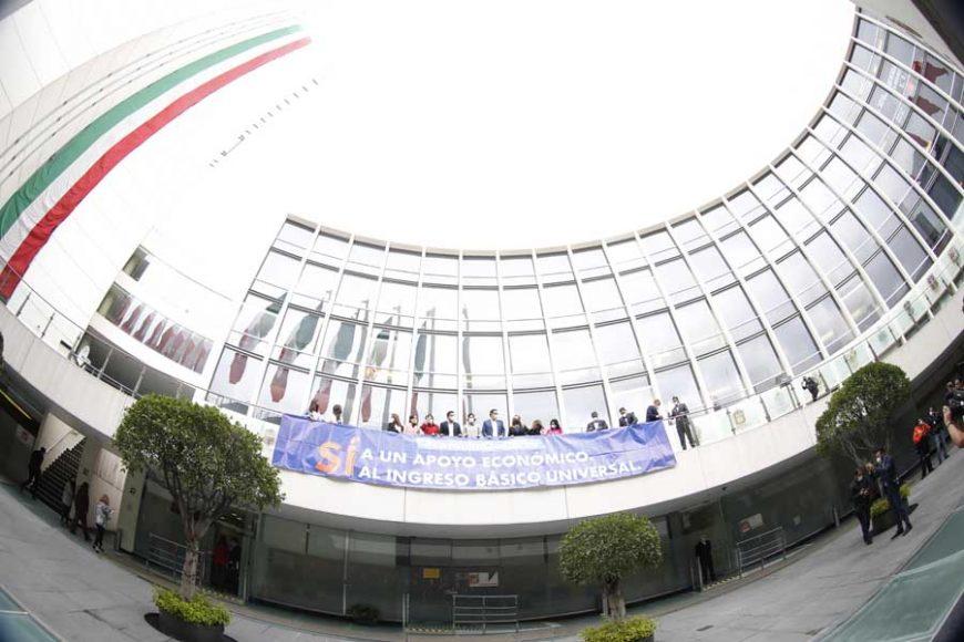 """Senadoras y senadores del PAN desplegaron una manta para la consulta por un """"Sí a un apoyo Económico Básico Universal"""" IBU"""