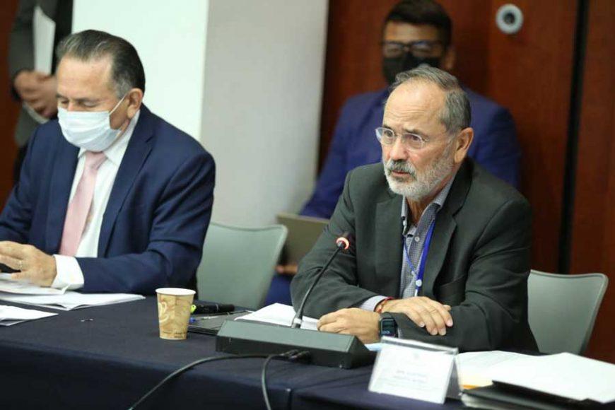 La senadora Minerva Hernández Ramos y el senador Gustavo Madero Muñoz, durante su participación en la reunión de la Comisión de Hacienda, al discutir el paquete de la Ley de Ingresos.