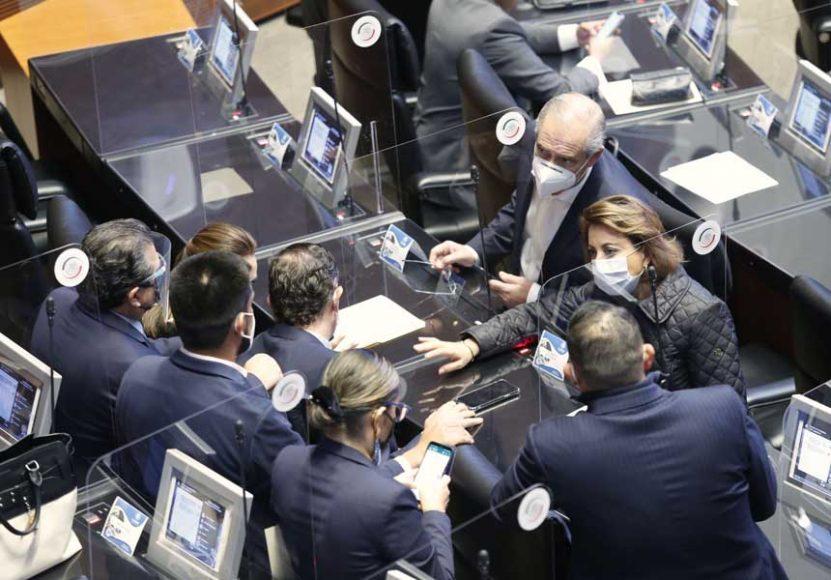 Senadoras y senadores de Acción Nacional, despliegan manta sobre la consulta para aprobar un Ingreso Básico Universal, durante la comparecencia del secretario de Hacienda y Crédito Público.