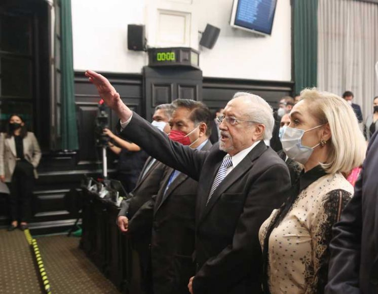 Senadoras y senadores del PAN durante la toma de protesta al senador suplente Francisco Javier Salazar Sáenz, en sustitución del senador Marco Antonio Gama Basarte, durante la sesión ordinaria en la sede de Xicoténcatl.