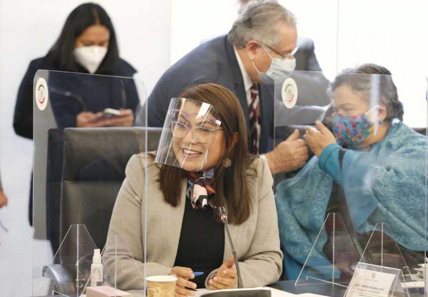 Las senadoras Minerva Hernández Ramos, Lupita Saldaña Cisneros y el senador Francisco Javier Salazar Sáenz, al participar en la reunión de la Comisión de Educación.