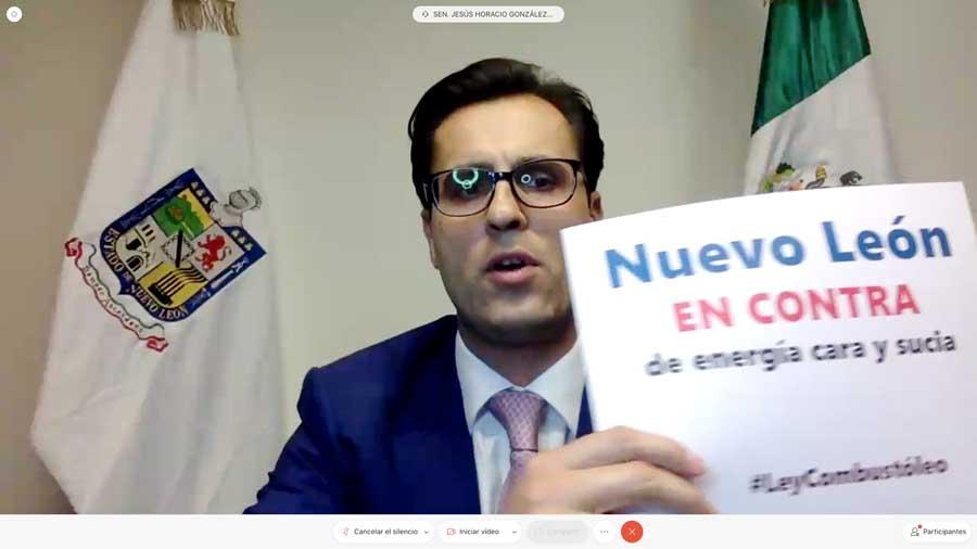 Senadoras y senadores del PAN muestras pancartas contra la #LeyCombustóleo
