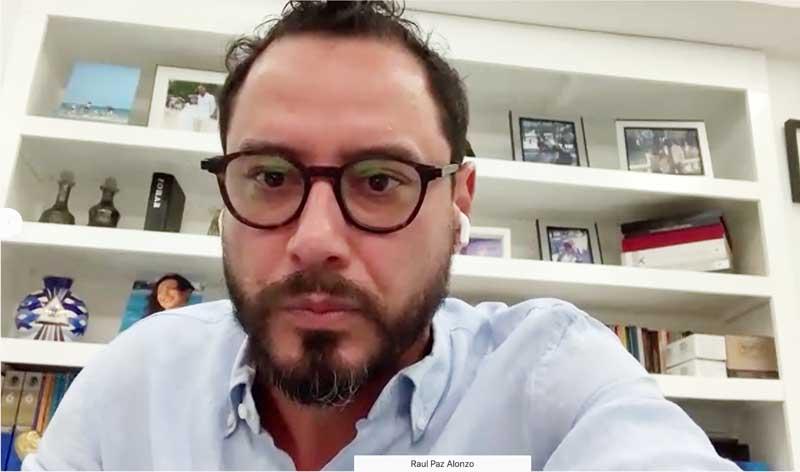 El senador Raúl Paz Alonzo, al presidir la reunión de la reunión de la Comisión de Recursos Hidráulicos, en la que participó el senador Juan Antonio Martín del Campo Martín del Campo.
