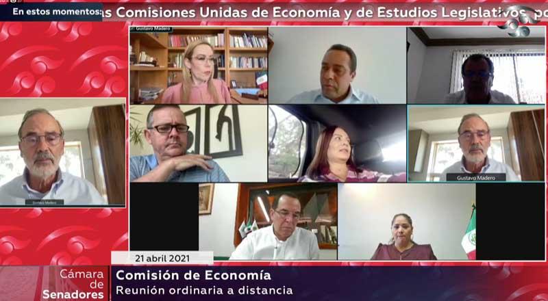 El senador Gustavo Madero Muñoz, al presidir la reunión de trabajo de la Comisión de Economía; y en la que participaron la senadora Alejandra Reynoso Sánchez y la senadora Josefina Vázquez Mota.